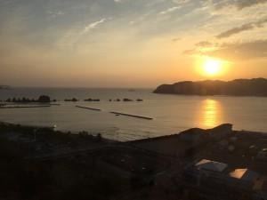 朝日の橋杭岩